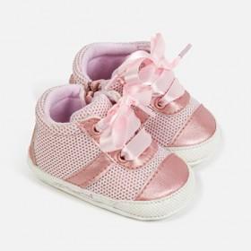 Αθλητικά παπούτσια με κορδόνια ροζ.